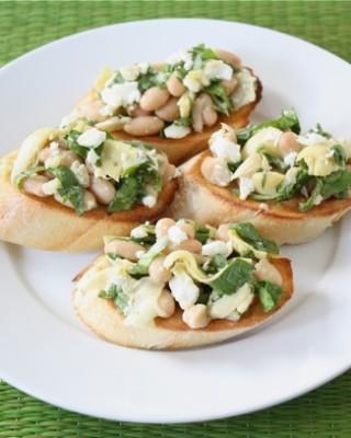 spinach-artichoke-white-bean-crostini