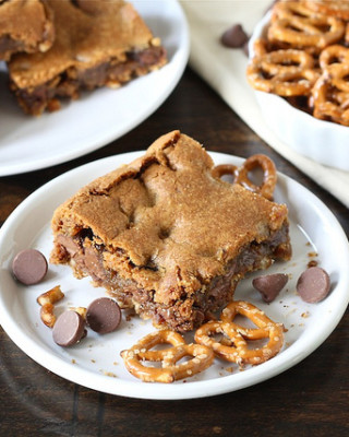 chocolate-chip-cookie-pretzel-bars